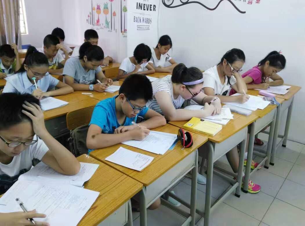书写人生练字 同学们写作业